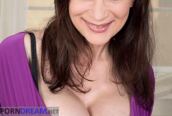 Шикарная милфа с силиконовыми сиськами показывает свой пирсинг на половых губах photo #1