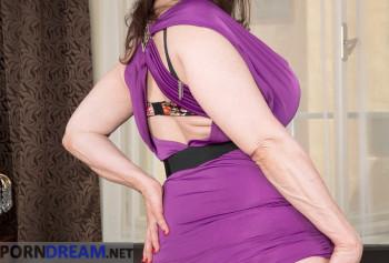 Шикарная милфа с силиконовыми сиськами показывает свой пирсинг на половых губах photo #2