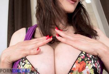 Шикарная милфа с силиконовыми сиськами показывает свой пирсинг на половых губах photo #3