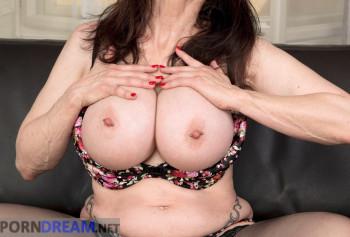 Шикарная милфа с силиконовыми сиськами показывает свой пирсинг на половых губах photo #5