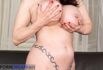 Шикарная милфа с силиконовыми сиськами показывает свой пирсинг на половых губах photo #13