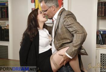 Сексвайф порно фото босс трахает раком на столе сексуальную секретаршу Саманта Бентли в одних лиш чулках photo #0