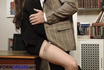 Сексвайф порно фото босс трахает раком на столе сексуальную секретаршу Саманта Бентли в одних лиш чулках photo #1