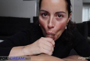 Порно домашній мінет від зрілої брюнетки з рожевим рум'янцем від першої особи