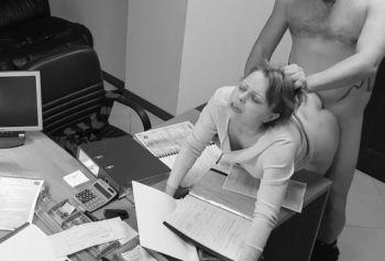 Грубый секс с секретаршей на рабочем месте прямо на столе