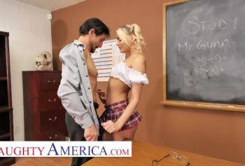 Учителю пришлось трахнуть глупую студентку, чтобы поставить ей хорошую оценку