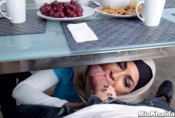 Черноволосые мусульманки с большими дойками делают минет модному американцу в кепке
